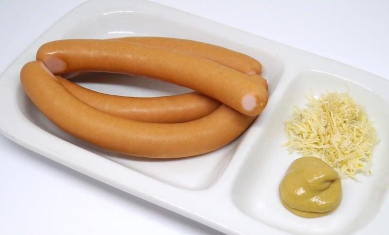 Frankfurter Würstel mit Senf und Kren